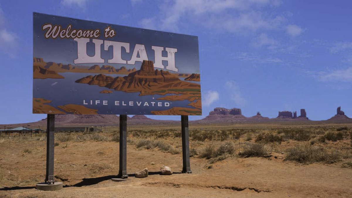 Welcome to Utah road sign on desert background
